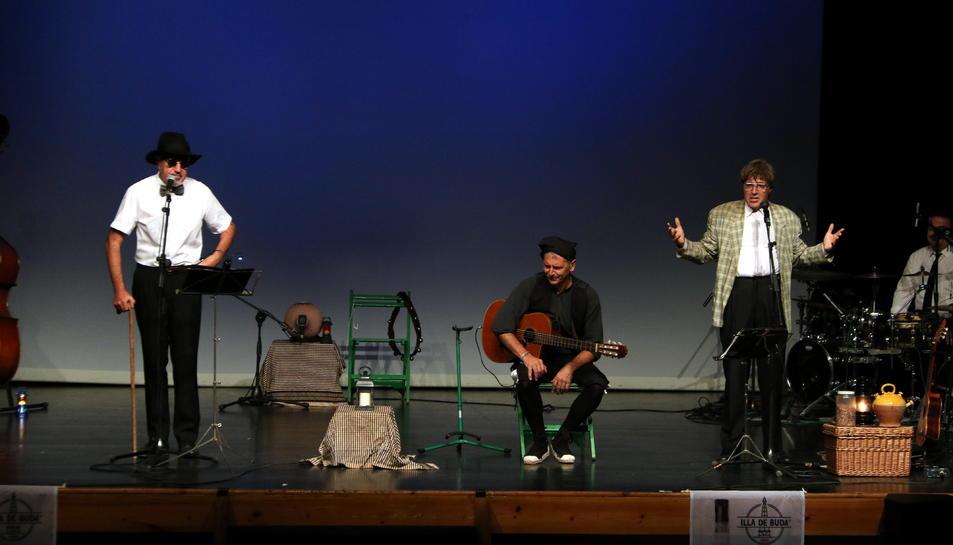 Pla general del Quico el Célio, el Noi i el Mut de Ferreries en l'estrena dels nou disc i l'espectacle 'Viatge a Buda' a l'Auditori Felip Pedrell de Tortosa.
