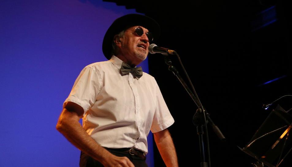 Pla mitjà del Quico el Célio, el cantant Arturo Gaya, en l'estrena dels nou disc i l'espectacle 'Viatge a Buda' a l'Auditori Felip Pedrell de Tortosa.