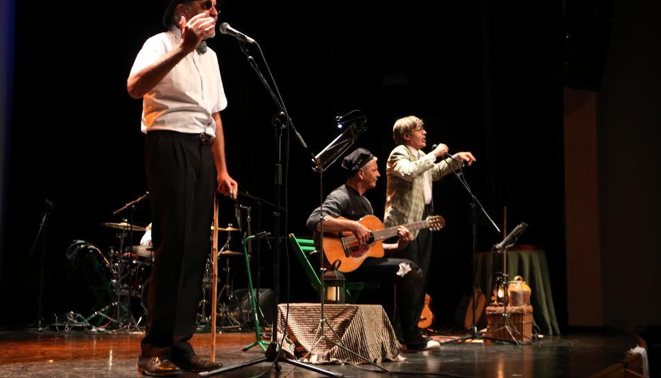 Pla lateral de Quico el Célio, el Noi i el Mut de Ferreries en l'estrena dels nou disc i l'espectacle 'Viatge a Buda' a l'Auditori Felip Pedrell de Tortosa.