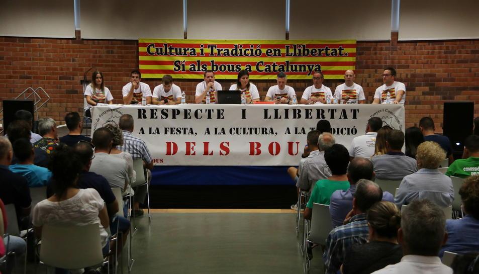 Els assistents en l'assemblea informativa organitzada per l'Agrupació de Penyes i Comissions Taurines de les Terres a Amposta.