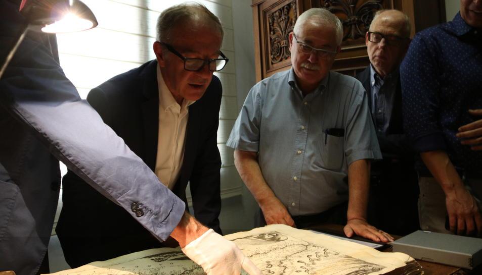 El ministre de Cultura en funcions, José Guirao, mirant un dels llibres de la biblioteca del Centre de Lectura de Reus.