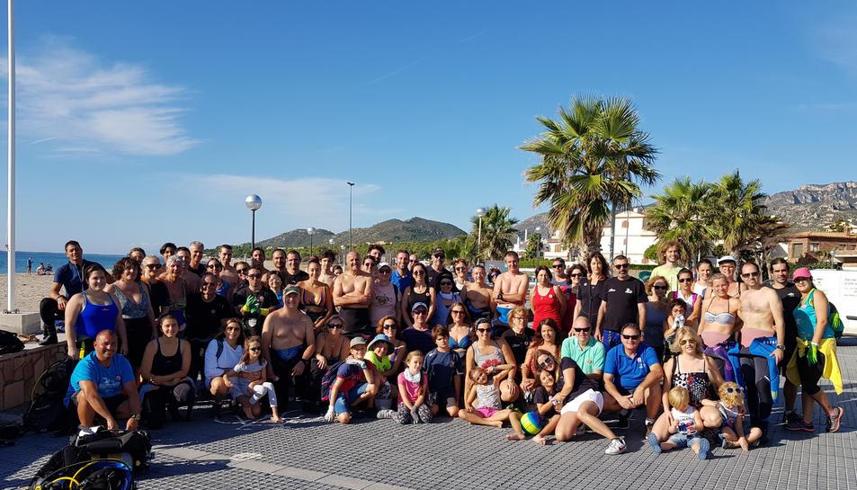 Fotografia de família dels participants en l'acció de neteja a les platges de l'Hospitalet.