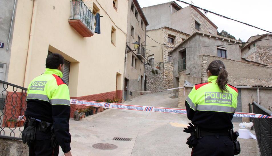 Dos agents dels Mossos d'Esquadra davant del precinte que dóna accés al carrer on vivien els veïns que s'han barallat a Arbolí.