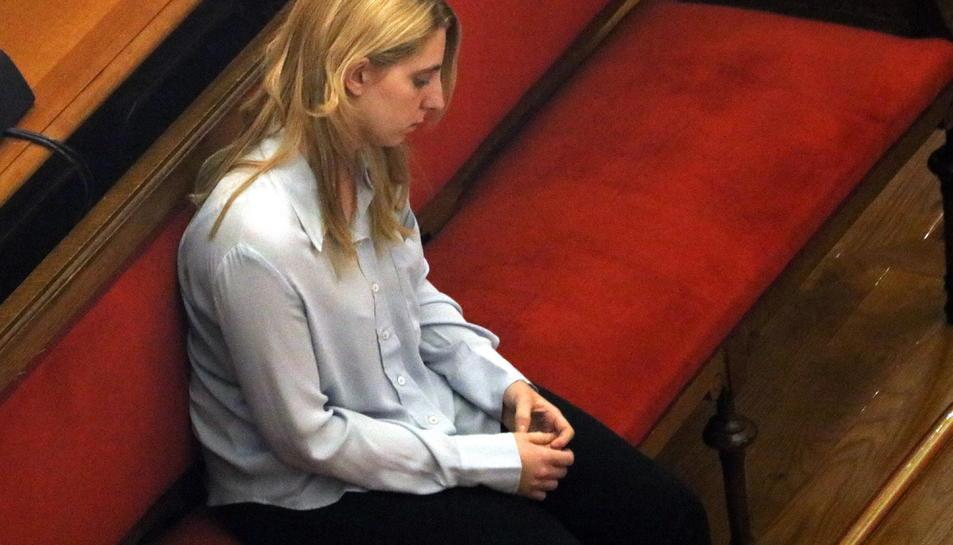 Pla mitjà, lateral de la noia jutjada per matar la seva filla acabada de néixer.
