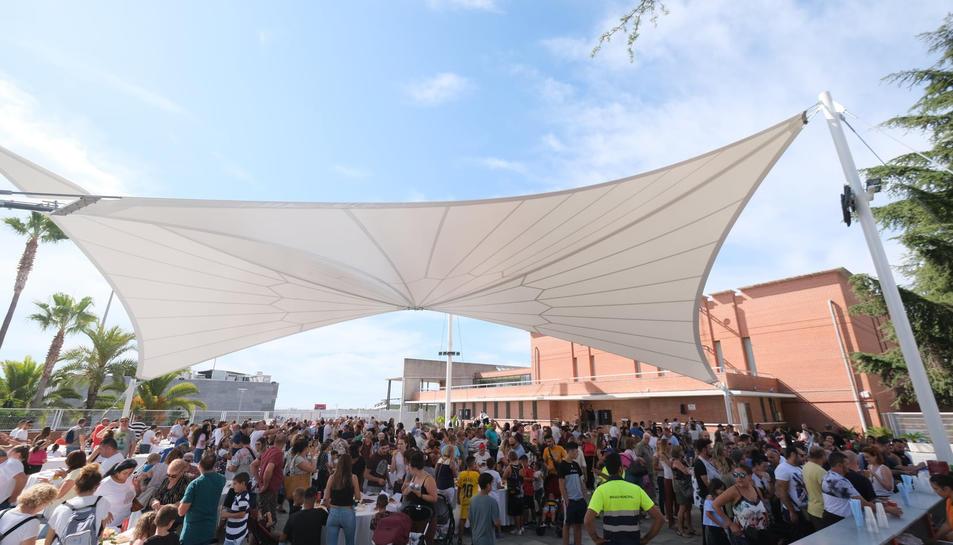 Centenars de persones es van apropar a la inauguració de la carpa.
