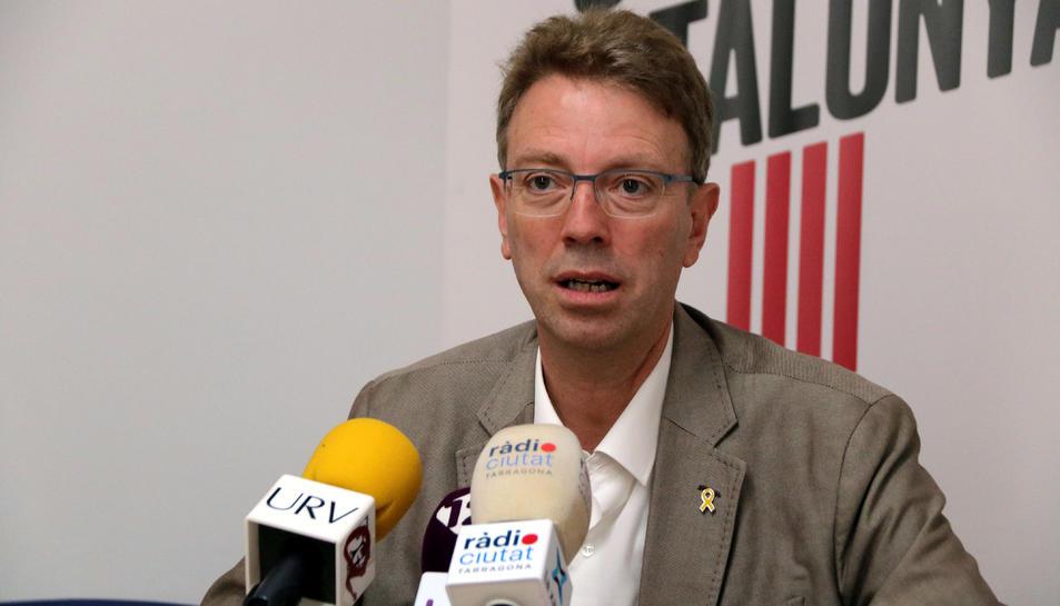 Pla mitjà del número dos de JxCat per Tarragona a les eleccions del 10-N, Ferran Bel, en roda de premsa a Tarragona.