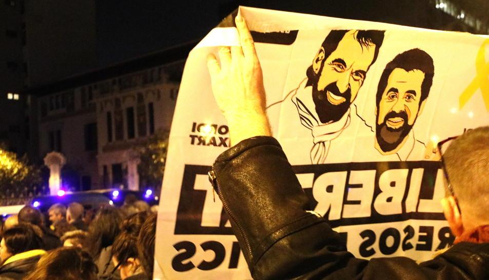Una pancarta en favor de la llibertat de Jordi Sánchez i Jordi Cuixart, a la concentració dels CDR a Barcelona.