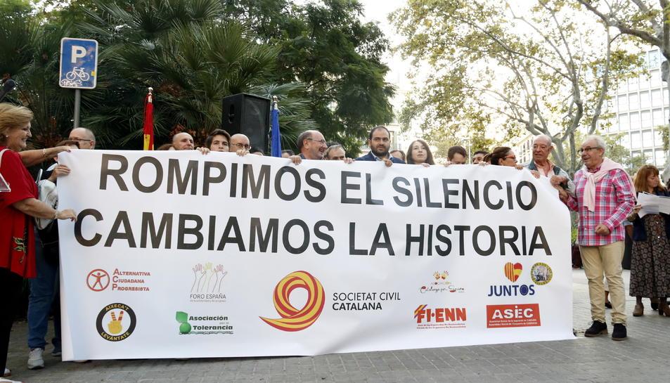 Pancarta amb el text «Vam trencar el silenci, vam canviar la història» amb que Societat Civil Catalana