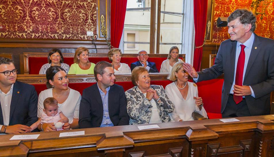 Josep Maria Andreu, al Saló de Plens de l'Ajuntament de Tarragona, acompanyat de la seva família.