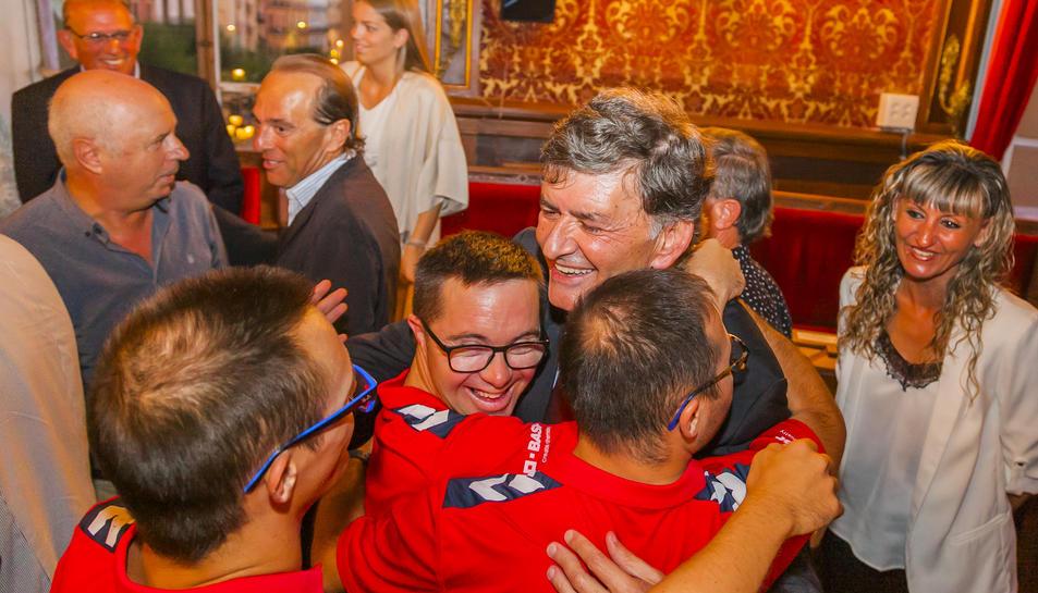 Andreu rep les felicitacions de jugadors del Nàstic Genuine.