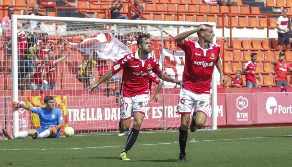 Bruno Perone, a la dreta, celebra el gol anotat contra el Cornellà en la cinquena jornada del campionat, al costat de Pedro Martín.