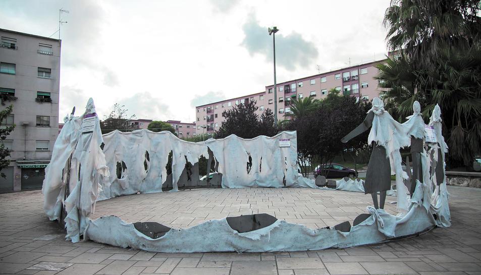 Monument de la plaça de la Sardana, de 1973, que encara no s'ha arreglat.