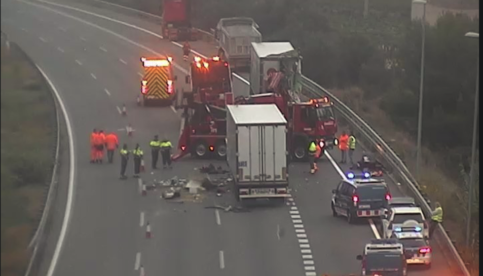 Imatge de l'accident mortal, produït pel xoc de dos camions quan feien cua per un altre camió bolcat a l'AP-7 a Vilafranca del Penedès.