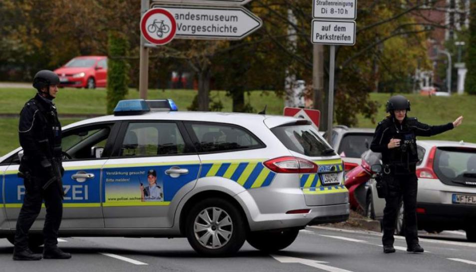 La policia vigila l'escena del tiroteig a Halle.