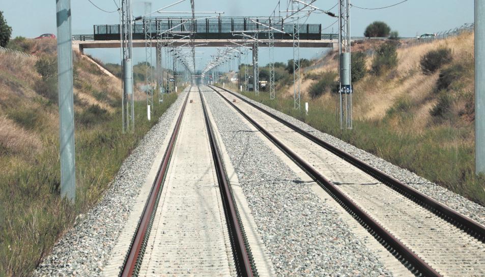 Les noves vies de tren en un tram entre Cambrils i el nus de Vila-seca.