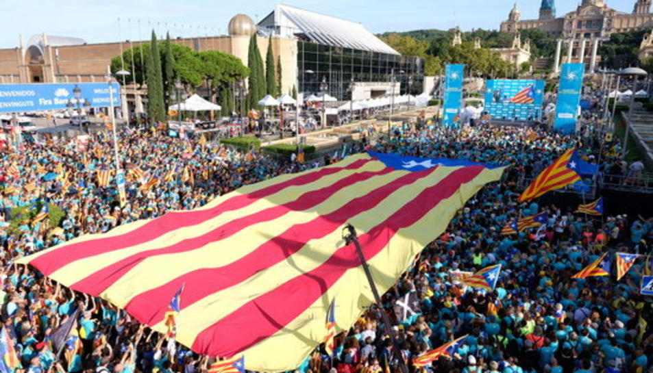 Acte final de la manifestació de la Diada a Plaça d'Espanya organitzat per l'ANC amb una estelada gegant desplegada.