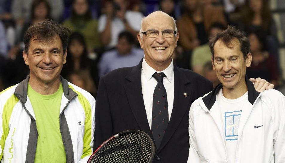 Andrés Gimeno (c), posa al costat d'Emilio Sánchez Vicario (i) i Jordi Arrese, en el seu homenatge en 2011 a Barcelona. (EFE)