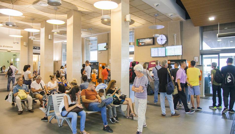 Els usuaris s'han anat acumulant a l'estació de Tarragona a causa del tall de subministrament.