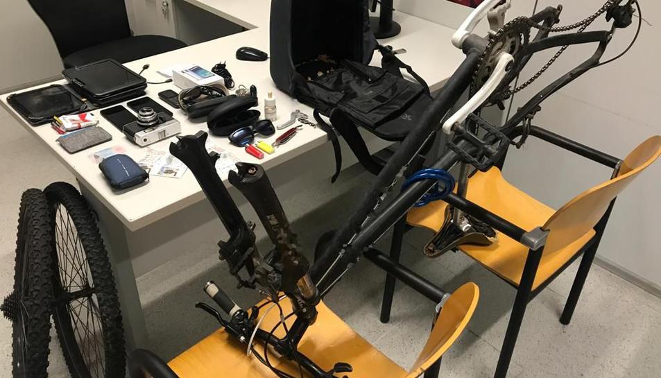 Imatge dels objectes robats, entre ells una bicicleta.