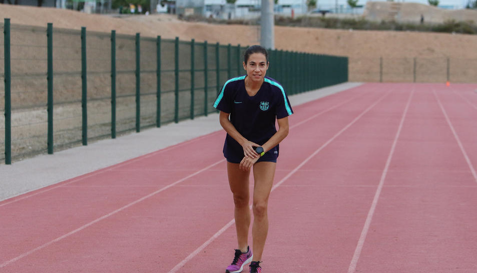 Marta Galimany, a la pista d'atletisme de Valls, on s'exercita per poder estar al cent per cent.