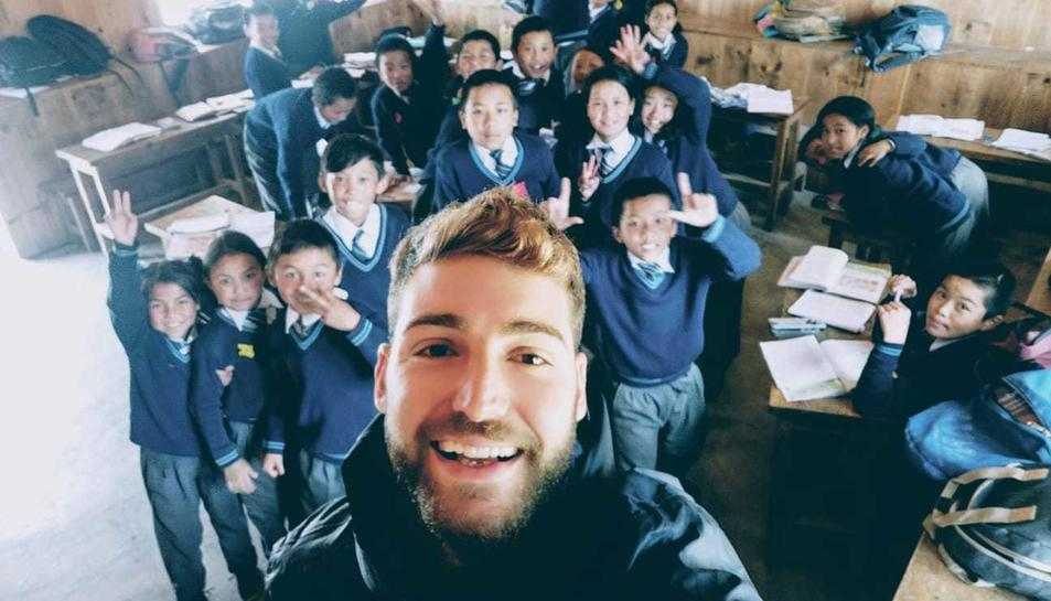 Marc Mestre, juntament amb els seus alumnes al Nepal.