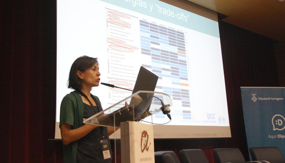 Pla mitjà de Marta G. Rivera durant la seva ponència a les jornades 'Emergència climàtica i transició energètica de la URV'.