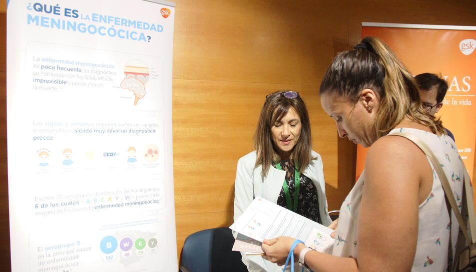 Una de les participants al congrés demanant informació en un dels estands instal·lats al Palau de Congressos.