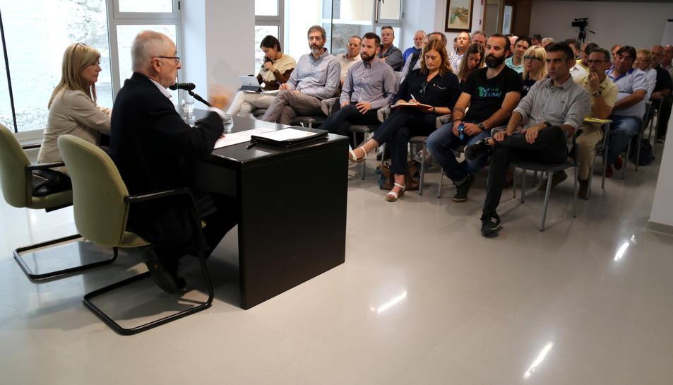 Pla general del Síndic de Greuges i la presidenta del Consell Comarcal de la Ribera d'Ebre en la reunió sobre els plans d'emergència que han fet amb els alcaldes de la zona d'influència nuclear.