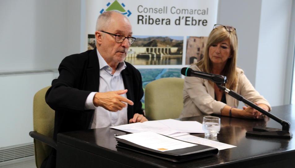 Pla mitjà del Síndic de Greuges, Rafel Ribó, i la presidenta del Consell Comarcal de la Ribera d'Ebre, Gemma Carim, en la reunió sobre els plans PENTA.