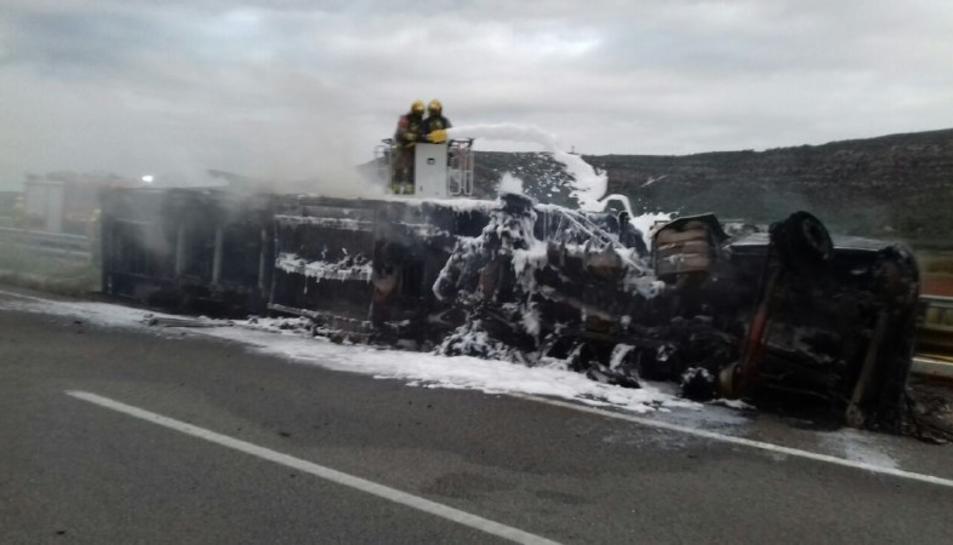 Imatge de dos Bombers treballant en l'extinció de l'incendi del camió.