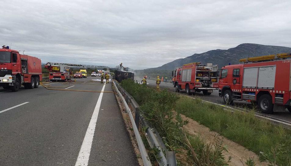 Imatge dels cossos d'emergències treballant en el punt de l'accident.
