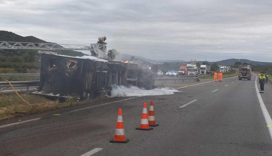 Imatge del camió bolcat i incendiat a Ulldecona.