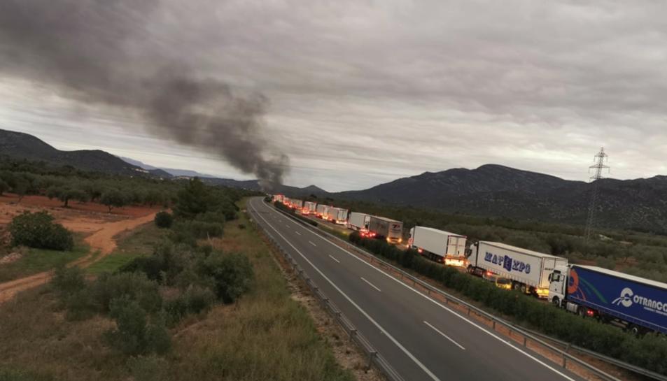 Imatge de la columna de fum causada per l'incendi del camió.