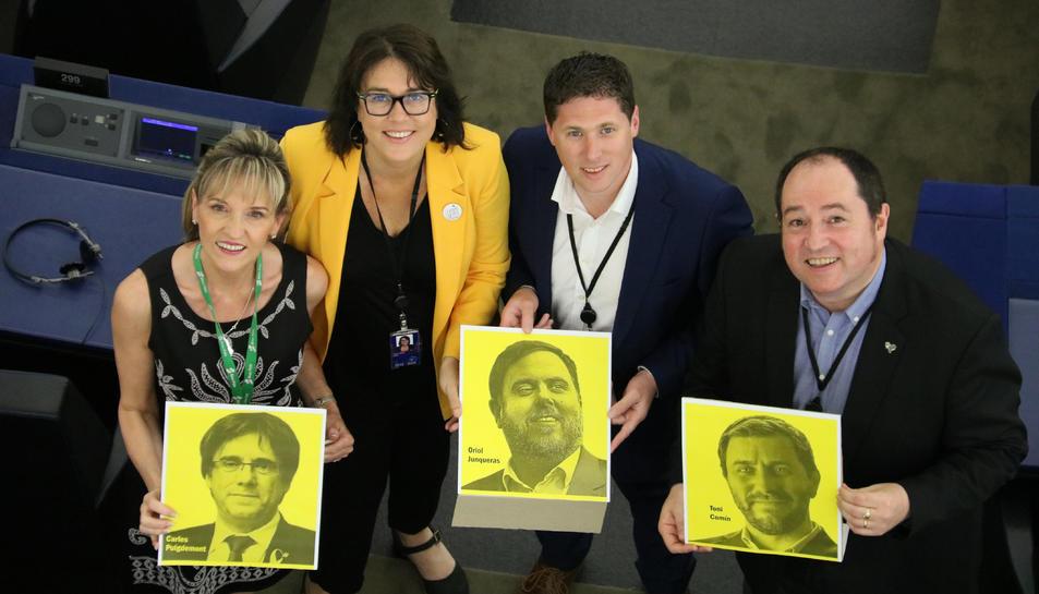 Els eurodiputats Martina Anderson, Matt Carthy, Diana Riba i Pernando Barrena ensenyant les fotos de Puigdemont, Junqueras i Comín.