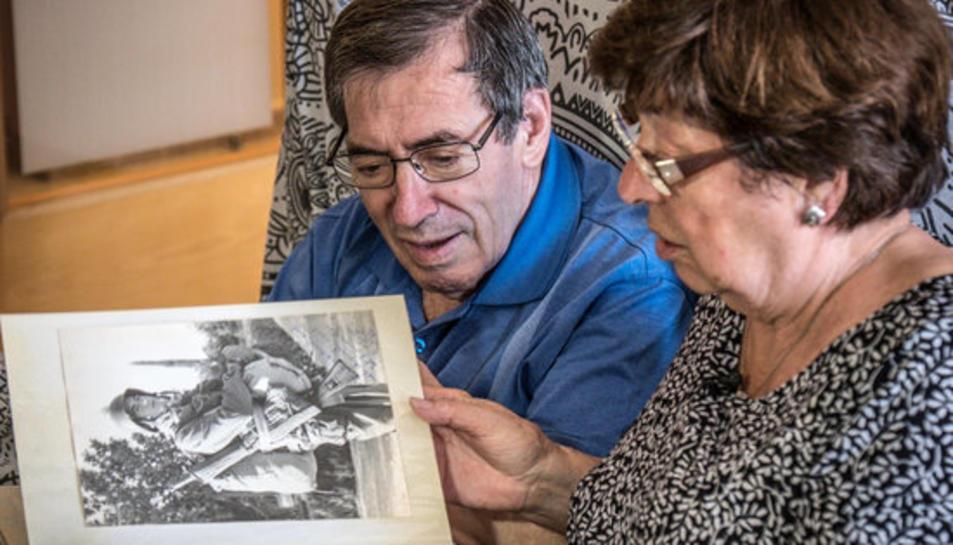 Antoni Monguilod revisa un àlbum familiar al costat de la seva esposa.