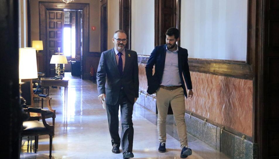 Pla general del vicepresident del Parlament, Josep Costa, sortint del seu despatx .