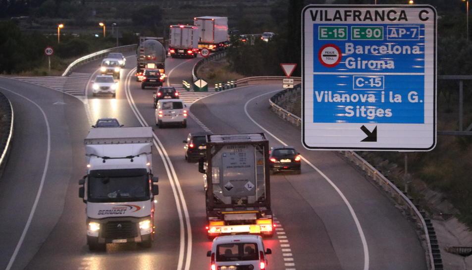 Pla obert de cotxes i camions parats en un dels trams de la N-340 afectats pel tall de carretera.