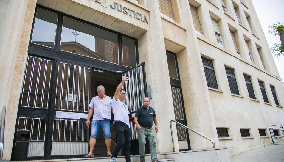 Els acusats, Òscar Cid i Manolo Cabrera, entrant als jutjats per a celebrar el judici.