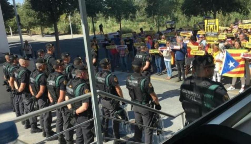 Imagen de archivo de una formación de guardias civiles ante una protesta independentista en Cataluña.