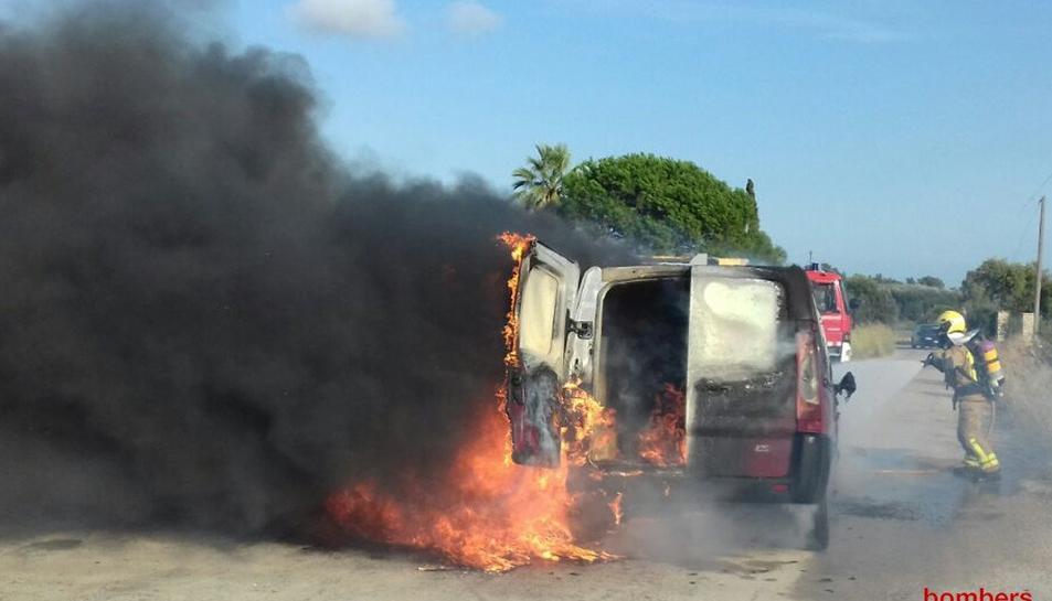 Un bomber extingint el foc del vehicle.