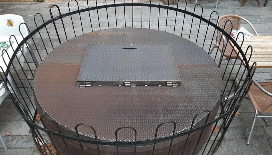Imatge de la placa d'acer que s'ha posat al pou de la Plaça del Rei.