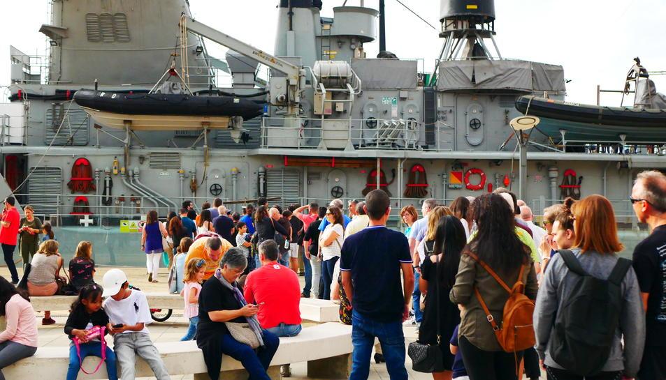 Imatge del visitants fent cua a primera hora per visitar l'Infanta Cristina de l'Armada.
