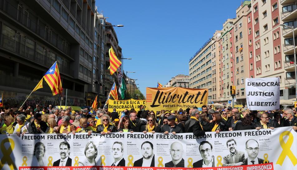 Pla general d'una de les pancartes exhibides a la manifestació de Democràcia i Convivència del 15 d'abril de 2018.
