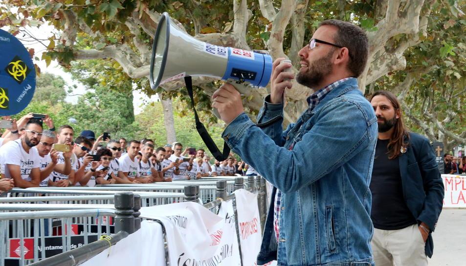 Pla mitjà del diputat de la CUP, Vidal Aragonès, parlant amb els treballadors de General Cable concentrats a les portes del Parlament, el 9 d'octubre del 2019.