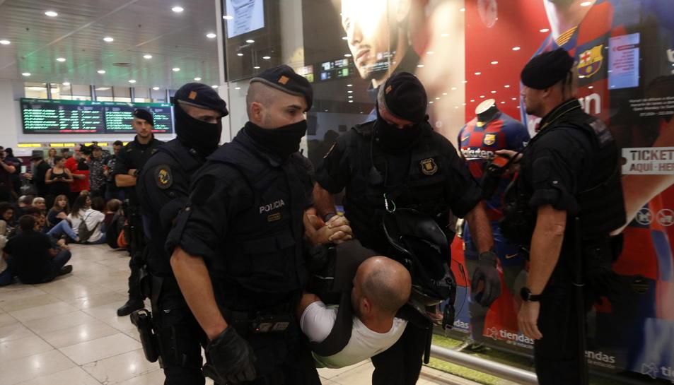 Diversos policies desallotgen un home de la concentració de Pícnic per la República.