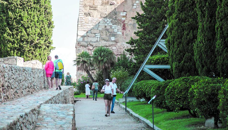 Diverses persones, durant la visita al Passeig Arqueològic aquest diumenge al migdia.