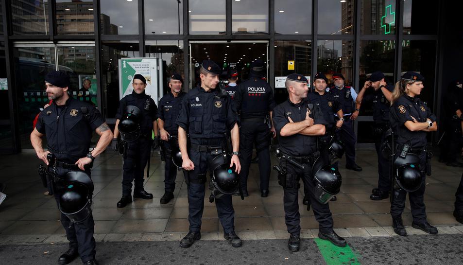 Imatge d'agents dels Mossos davant de l'estació de Sants ahir diumenge.