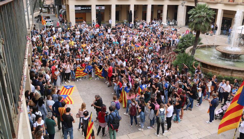 Pla picat de part dels concentrats a la plaça de l'Ajuntament de Tortosa en la primera protesta contra la sentència.