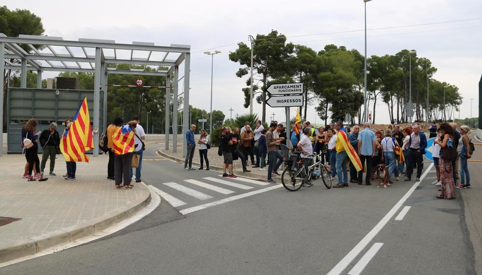 Pla general de la concentració de més d'una cinquantena de persones, davant la presó de Mas d'Enric al Catllar.