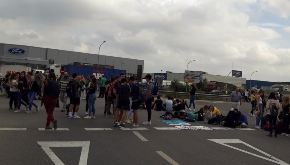 Imatge dels manifestants tallant la N-240 a Valls.